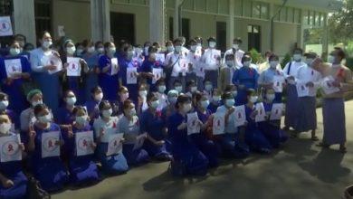 Photo of میانمار میں فوجی بغاوت کے خلاف اساتذہ اور طلبہ بھی سڑکوں پر آگئے
