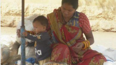 Photo of خشک میوہ جات فروخت کرتی خواتین گاہکوں کی راہ تکنےلگیں